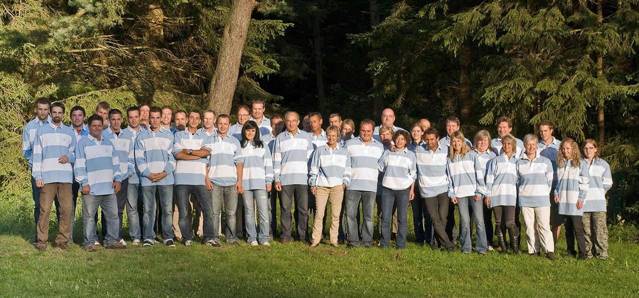 Photo de groupe des 40 salariés de Lambert Géomètre